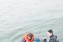 12명 탄 낚시어선 갯벌에 걸려 해경이 구조
