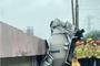 레미콘 차량, 세차작업 중 경사로 미끄러져…공장 건물 충돌