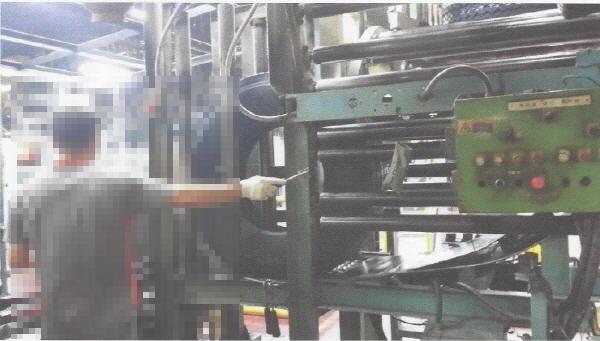 한국타이어 내부 공장 모습. 조작판이 유사시 노동자들이 대응하기 힘든 위치에 있음을 확인할 수 있다.