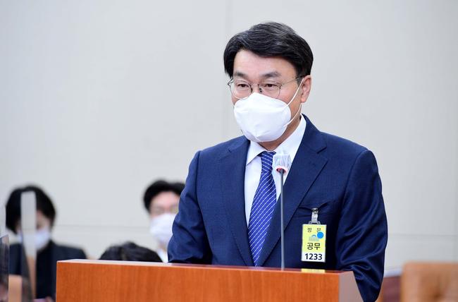 최정우 포스코 회장이 지난 2월 22일 서울 여의도 국회에서 열린 환경노동위원회 산업재해관련 청문회에서 의원의 질의에 답하고 있다. (공동취재단)